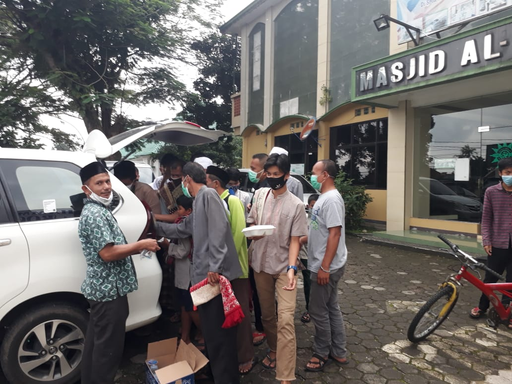 DKM Masjid Al Furqan Kota Bogor Bagikan Makanan setelah Shalat Jumat